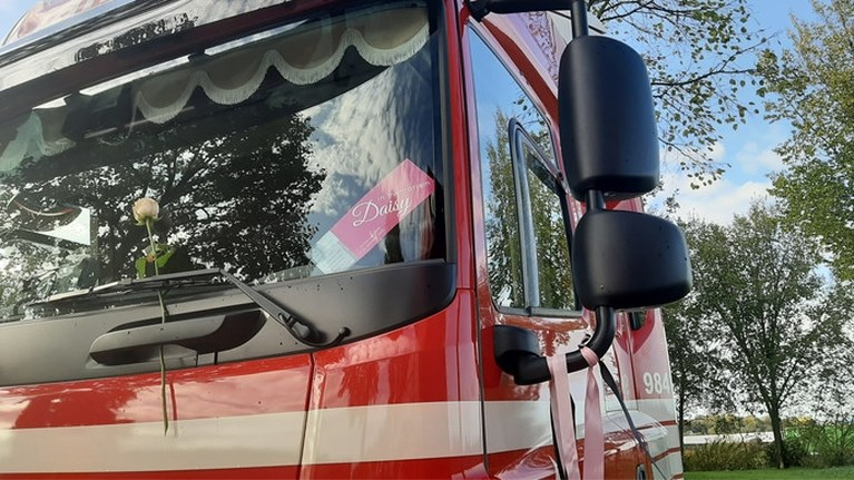 Video: 200 vrachtwagens als erehaag voor verongelukte truckster Daisy uit Afferden