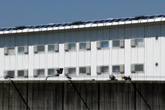 Gevangene steekt laken in brand in cel
