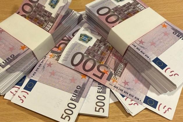 Voorbijganger vindt dik 2 ton aan vals geld in afvalbak