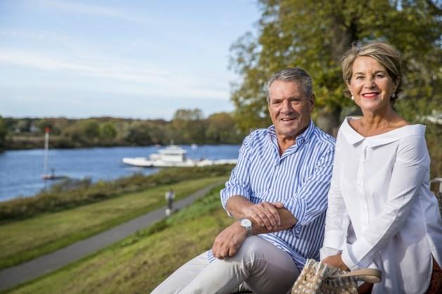 Tegels zangduo Thei en Marij geridderd door burgemeester Scholten