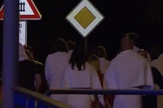 Duitse seksclub ontruimd na koolmonoxide-alarm: 350 schaarsgeklede swingers op straat
