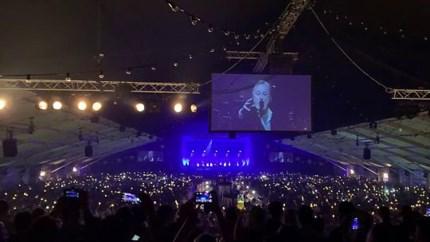 Video: Fans zingen luidkeels mee bij slotconcert Rowwen Hèze