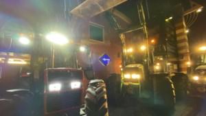 Boeren protesteren met tractors bij politiebureau na arrestatie collega