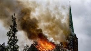 Video: Brand verwoest kerk in Hoogmade, kerktoren ingestort