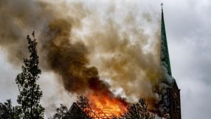Video: Burgemeester hoort kerktoren achter zich instorten: 'Wat een dramatisch gezicht'