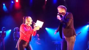 Video: Trijntje Oosterhuis zingt samen met Lex Uiting in het Limburgs dialect en zet zaal op zijn kop