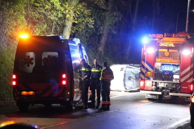 Auto belandt op zijn kant in Schinnen
