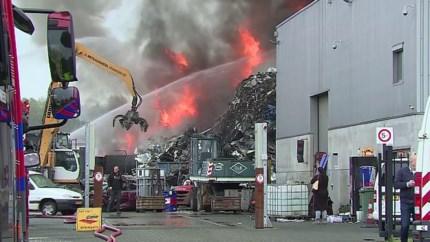 Video: Grote brand bij metaalhandel in Maastricht; bluswerkzaamheden tot middernacht