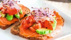 Een voedzame sandwich met zalm, avocado en tomaat