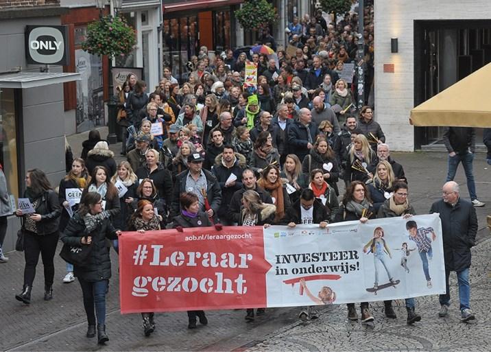 Video: Massaal protest van leraren op de Markt in Venlo