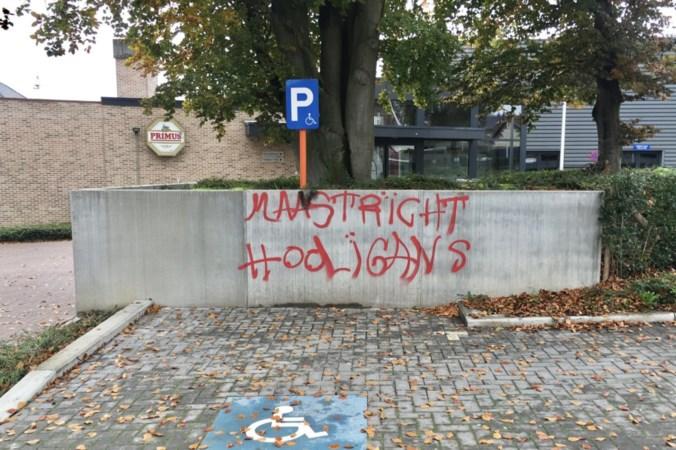 Grensdorp Veldwezelt bij Maastricht volgekalkt met MVV-leuzen