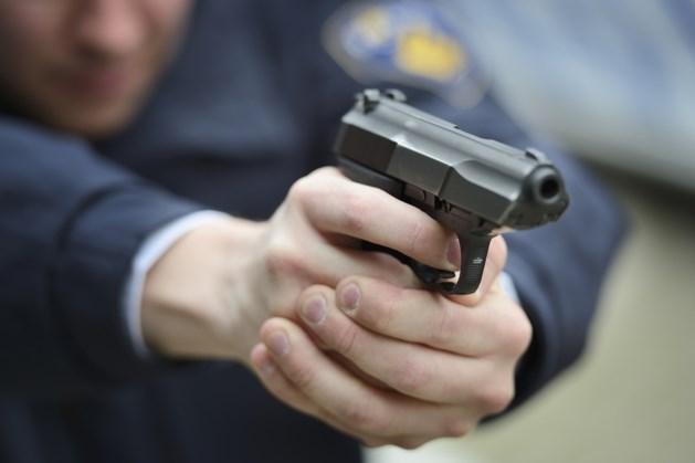 Politie valt drugspand binnen met getrokken pistolen
