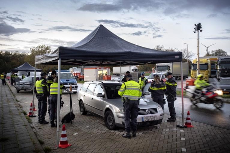 Wapens, drugs en grote hoeveelheden contant geld in beslag genomen bij grote verkeerscontrole