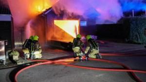 Vlammen slaan uit dak bij brand in garage naast woonhuis in Nederweert