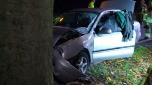 Auto tegen boom in Reuver, bestuurder naar ziekenhuis