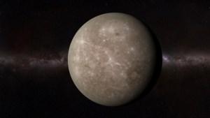 Planeet Mercurius schuift als stipje over zon