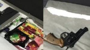 Douane vindt tientallen kilo's illegale tabak en nepwapen in avondwinkel