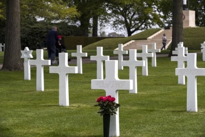 Eerste wegwijzer 'Liberation' wandelroute op begraafplaats Margraten