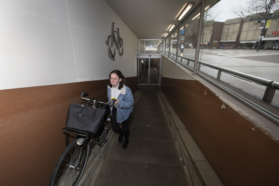 Aanpassing aan fietsenstalling Kloosterwandplein in Roermond: loopbanden op plek van huidige trap - De Limburger