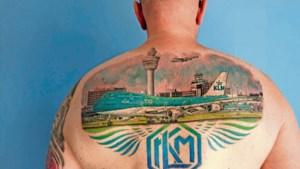 Schipholtatoeage op de rug uit liefde voor de KLM