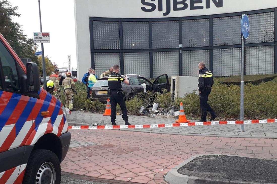 Auto ramt verkeerspaal en meterkast in Roermond - De Limburger