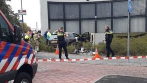 Auto ramt verkeerspaal en meterkast in Roermond