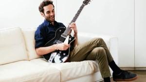 Supertalent en toonaangevend jazzgitarist Julian Lage in zijn eentje op podium in Heerlen