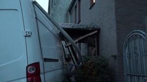 Video: Busje ramt huis in Kerkrade, bewoner komt met schrik vrij