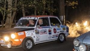 Nachtelijke autotocht met oldtimers: 'Ik voel me twintig jaar jonger door zo'n rally'