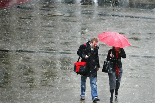 Vlok natte sneeuw in Zuid-Limburg, maandag kletsnatte dag