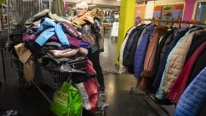 Janet Tel van De Grabbelton in Geleen krijgt kippenvel van berg aangeboden winterjassen