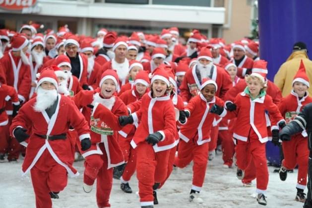 Eerste editie Santa Run Roermond: Kerstmannen rennen door de binnenstad voor het goede doel