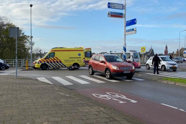 Vrouw op scooter gewond na aanrijding met auto