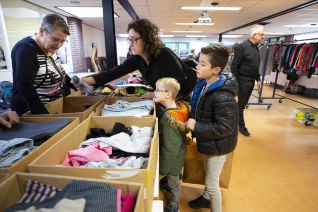 Kinderen zoeken kleding uit op de eerste kinderkledingdag in Stein