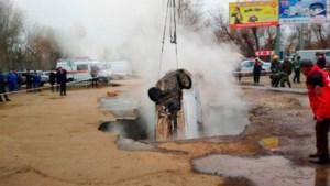 Twee mannen levend gekookt nadat auto in zinkgat verdwijnt