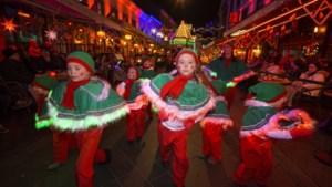Kerstparade Valkenburg de boer op voor dansende kinderen
