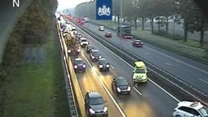 Ruim uur vertraging op A2 richting Maastricht door ongeval met meerdere auto's