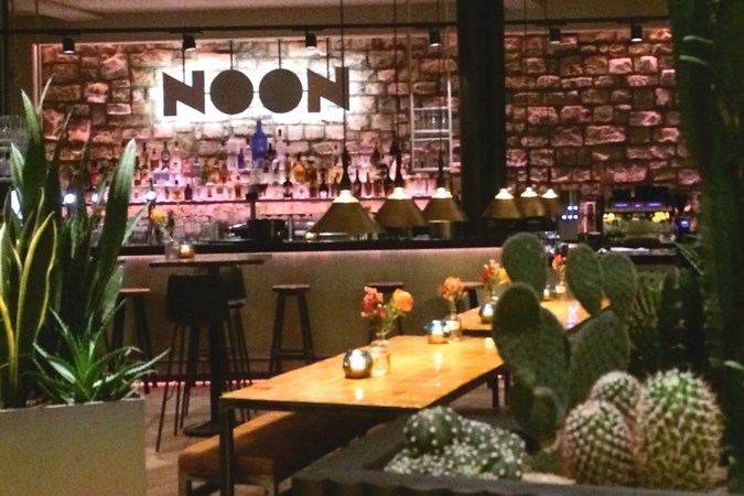 Borden 'sharen' in trendy Noon in Maastricht