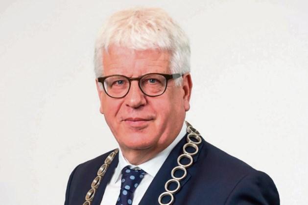 Burgemeester Sjraar Cox reikt gemeentelijke onderscheiding uit aan Dick van der Lei uit Geleen