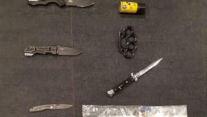Politie vindt boksbeugel, pepperspray en steekwapens bij fouilleeractie in Maastricht