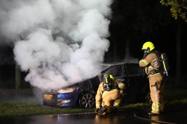 Auto vat vlam tijdens het rijden en raakt volledig verwoest
