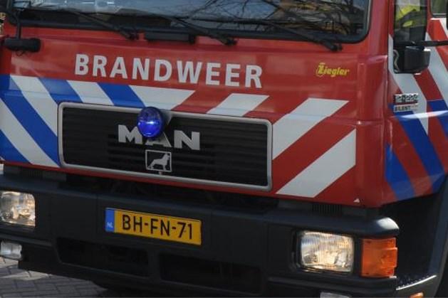 Man valt hulpverleners aan bij brand in Stompwijk