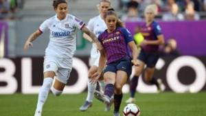 Gezamenlijke teamfoto FC Barcelona: Lieke Martens naast Frenkie de Jong