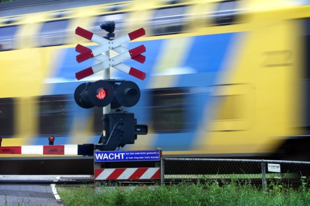 Harde klap: stoeptegel vanaf viaduct op trein gegooid