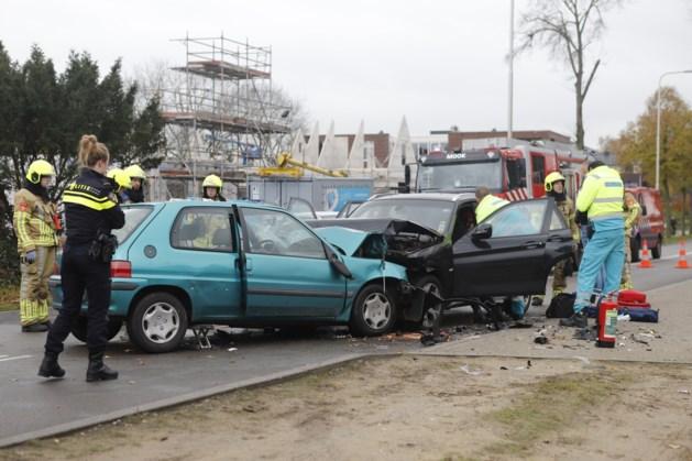 Frontale botsing tussen twee auto's: traumaheli opgeroepen