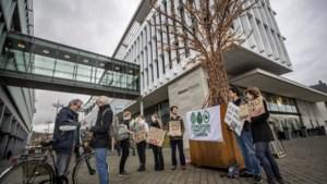 Maastrichtse jongeren staken al twee maanden wekelijks een uur bij stadskantoor voor klimaat