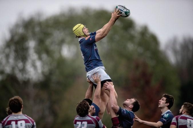 'De rugbyspeler met de gele helm tornt bijna surrealistisch boven de rest uit'