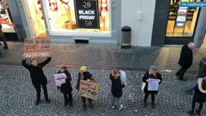 Video: Menselijke ketting als protest tegen Black Friday