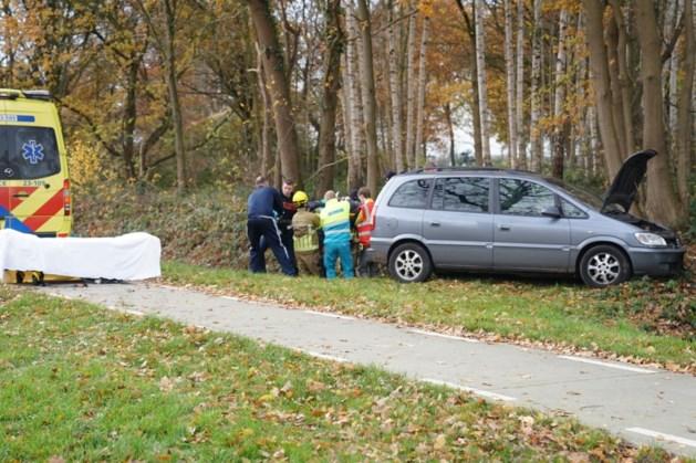 Automobilist raakt van de weg en moet worden gereanimeerd