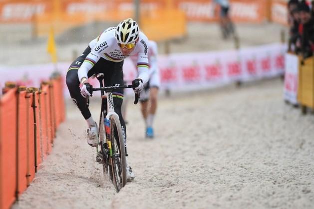 Mathieu van der Poel blijft heersen en juicht ook in Zilvermeeuwcross